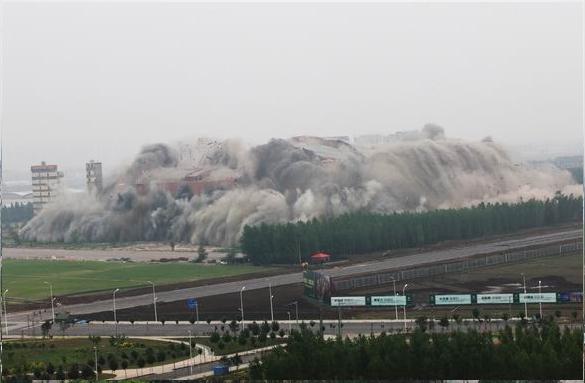 本次爆破拆除的建筑物为沈阳绿岛室内体育场,该体育场曾经拥有亚洲最